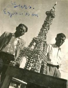 Les deux républicains espagnols et la Maquette de la Tour Eiffel